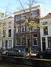 foto van Pand onder dwars zadeldak, parterre met twee verdiepingen, vier vensterassen. Strakke, sobere lijstgevel. Stoep met vroeg 19e-eeuwse stoephek