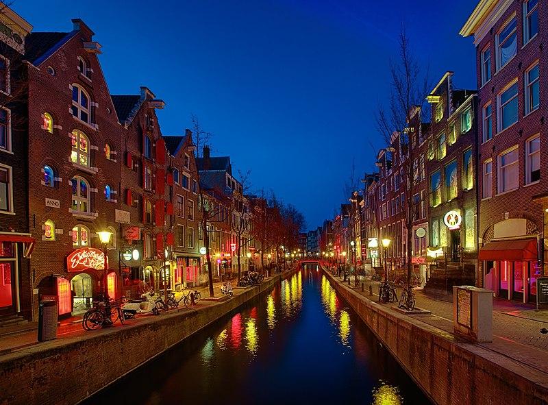 Власти Амстердама пригласили в город туристов, которые