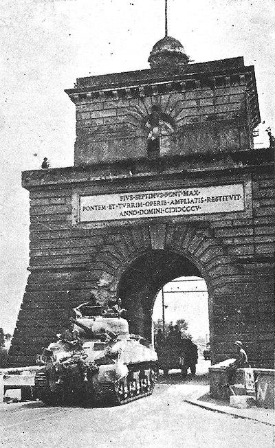 """Amerikanska """"Sherman"""" pansarvagnar rullar in i Rom, 1944"""