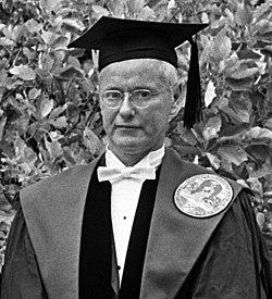 Robert K. Merton (1965).jpg