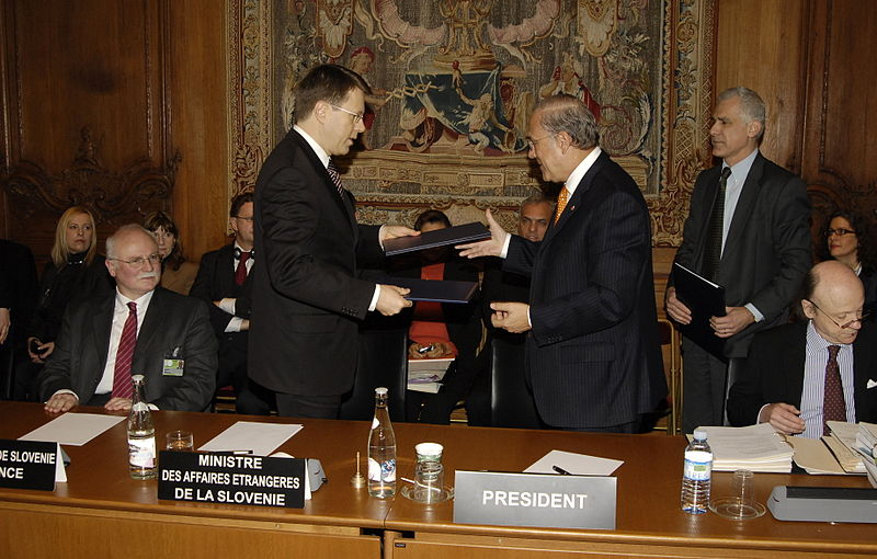 File:Samuel Žbogar and José Ángel Gurría signing the OECD agreement.jpg