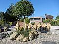 """Seeheim, Brunnenplatz vor dem Neuen Rathaus, Skulptur """"Stau"""" des Bildhauers Peter Lenk.JPG"""