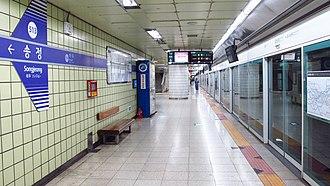 Songjeong station - Station platform in September 2018