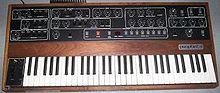Et fargefotografi av en synthesizer med tastatur