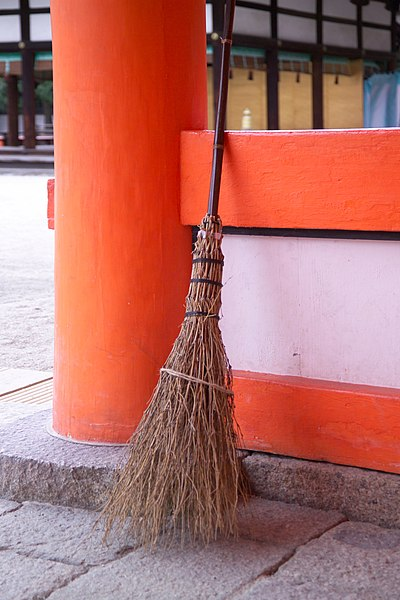 File:Shimogamo-Broom-M1625.jpg