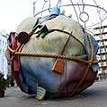 Skulptur Bethlehemkirchplatz (Mitte) Houseball&Claes Oldenburg Coosje van Bruggen&1997.jpg