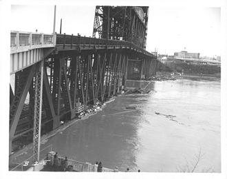 Christmas flood of 1964 - The Steel Bridge during the flood