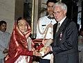 The President, Smt. Pratibha Devisingh Patil presenting the Padma Shri Award to Dr. Eberhard Fischer, at an Investiture Ceremony-II, at Rashtrapati Bhavan, in New Delhi on April 04, 2012.jpg