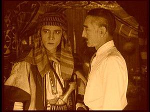Français : Le Cheik (Rudolph Valentino) et son...