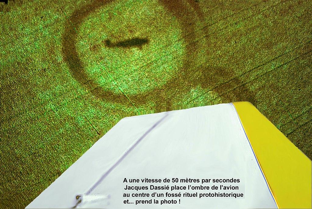 Jacques Dassié prend l'ombre de son avion en plein centre d'un fossé protohistorique