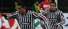 Sánchez (a destra) assieme al connazionale Mauricio Isla durante una partita dell'Udinese nella Coppa UEFA 2008-2009