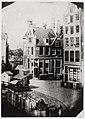 Uitzicht vanuit SIngel 548 op Muntsluis en Logement Rondeel aan de Binnen Amstel, Afb OSIM00005003499.jpg