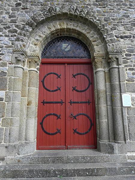 Extérieur de l'église Saint-Laurent de Vaiges (53). Portail occidental.