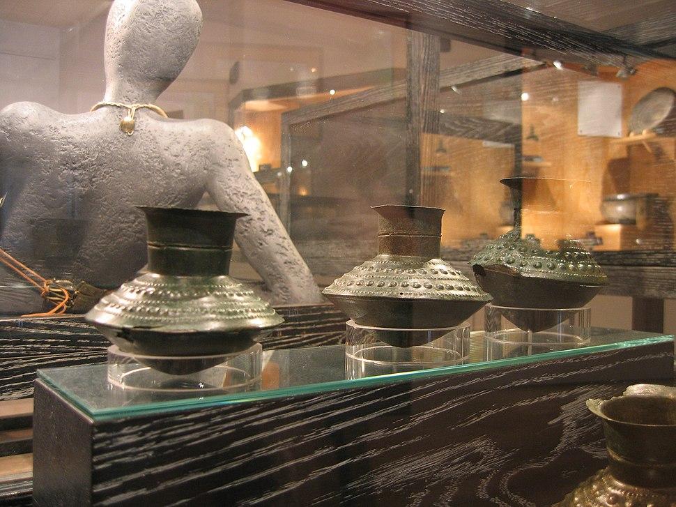 Vases en bronze martelé musée archéologique Dijon France angle 2