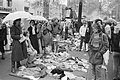 Viering Koninginnedag in Amsterdam en Marken. Vrijmarkt op Spui in Amsterdam, Bestanddeelnr 932-1315.jpg