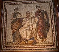 Photographie couleurs d'une mosaïque d'un homme assis entourée de deux femmes debout.