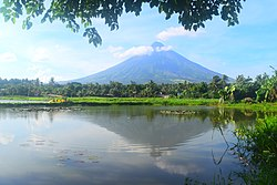 Mayon Volcano at Sumlang Lake