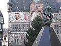 Volkstrauertag-Beflaggung am Rathaus Marburg mit St. Georg-Reiter-Marktbrunnen und Marburg-Flagge 2017-11-19.jpg