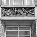 Voorgevel school, detail, reliëf 'De triomferende Textielindustrie' - Tilburg - 20344178 - RCE.jpg