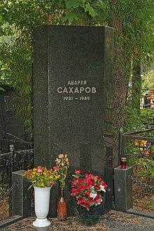 На Востряковском кладбище имеет огромное количество могил знаменитых людей - это Герои Советского союза: Малышев П.Ф...
