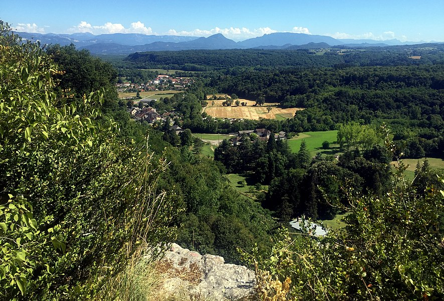 Vue depuis la cascade de Cerveyrieu (on aperçoit Artemare).