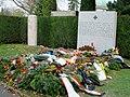 Wiener Zentralfriedhof Gräber Schönherr und Nowotny 2004-11-15.jpg