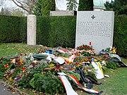 Wiener Zentralfriedhof Gräber Schönherr und Nowotny 2004-11-15