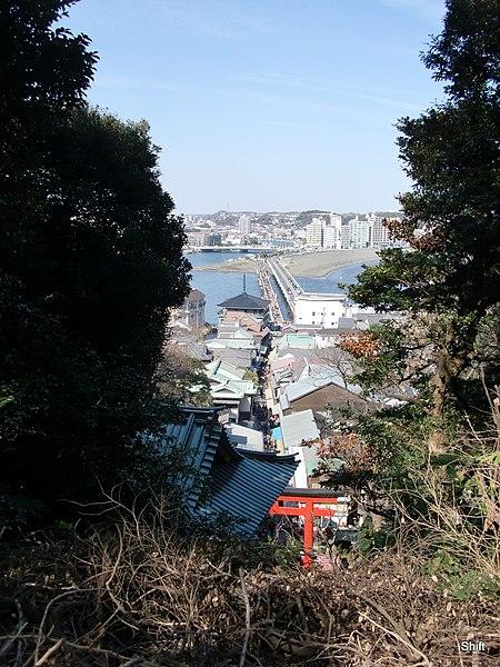 File:(神奈川県) 江ノ島の江島神社から江の島弁天橋(左)と江の島大橋(右)を望む。江の島は歩きがメインです。 - panoramio.jpg