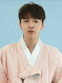 (TV10) 다이아·딘딘·모모랜드·신원호·엔씨아, 스타들의 설 인사 (Feat. 한복 인터뷰) 신원호 2m18s.jpg
