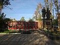 Братська могила радянських воїнів та пам'ятний знак на честь воїнів-односельців, с. Закотне.jpg