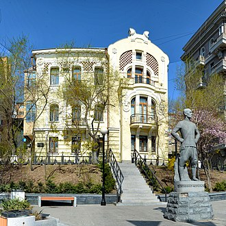 Manor of Julius Bryner, in front of which stands the statue of his grandson Juli (the actor Yul Brynner), Aleutskaya St. Panorama iz 20-ti kadrov-S.jpg