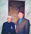Торта Әубәкірқызы и Қонысбай Әубәкірұлы у мемориальной доски в Мажилисе Парламенте Республики Казахстан. 3 августа 2004.jpg