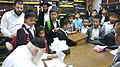 הרב קנייבסקי עם ילדי קהילת הגרים.jpg
