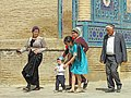 028 Necròpolis de Shohizinda (Samarcanda), visitants vora els mausoleus del grup del mig.jpg