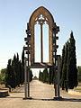 044 Finestral gòtic de la capella dels Ardèvol, parc de Sant Eloi.jpg