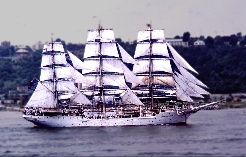 04 Norwgian square rigger Pde of Sail 4 July 76