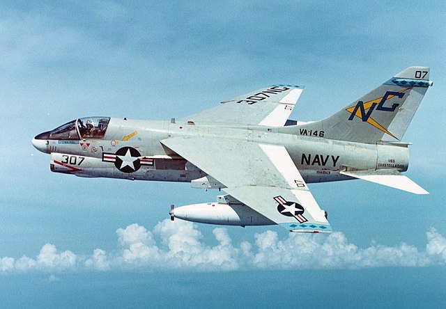 640px-A-7E_Corsair_II_of_VA-146_in_flight_on_16_November_1974_%28NNAM.1996.253.7100.039%29.jpg