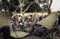 ASC Leiden - van Achterberg Collection - 03 - 37 - Un marché au bord du fleuve Niger. Un vélo et un cyclomoteur - Ségou, Mali - novembre-décembre 1993.tif