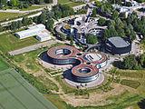Letecký pohled na velký krajinářský komplex ESO centrály budovy v Garchingu v Německu