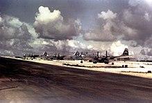 Farvefoto af tre sølvmotorer med fire motorer fra 2. verdenskrigs æra pænt opstillet langs en landingsbane