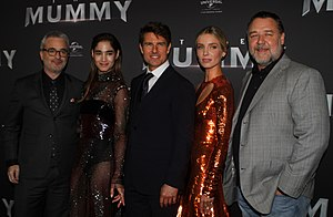 The Mummy (2017 film) - Director Alex Kurtzman with the film's main actors. Left to right: Sofia Boutella, Tom Cruise, Annabelle Wallis, Russell Crowe.