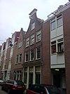 foto van Huis met gevel onder klokvormige top met rollagen en recht afdeklijstje