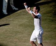 Murray festeggia dopo aver vinto Wimbledon 2013.