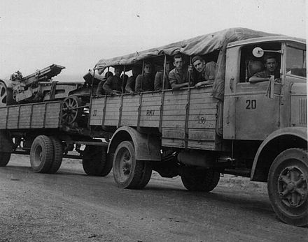 Italian troops and arms on their way to Tobruk 1941 Arrivo di un automezzo militare a Tobruch nell 1941.jpg