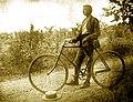 Aude Cycliste dans les vignes.jpg