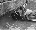 Auto te water in de Amstel bij de magere brug, Bestanddeelnr 910-4311.jpg