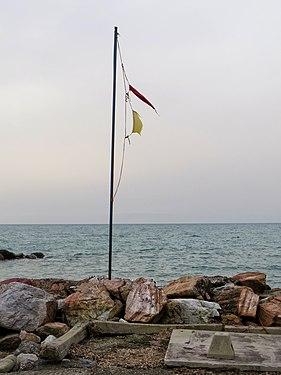 Bandiere logorate dal vento.jpg