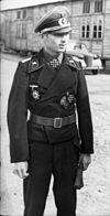 Bundesarchiv Bild 101I-292-1258-04, Frankreich, dekorierter Panzersoldat mit Zivilist (2) .jpg