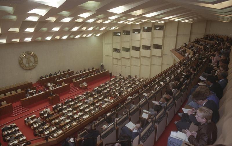 Bundesarchiv Bild 183-1990-0419-418, Berlin, Volkskammer während Regierungserklärung von Lothar de Maiziere