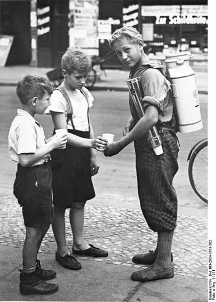 File:Bundesarchiv Bild 183-2004-0701-502, Berlin, Limonadenverkäufer.jpg